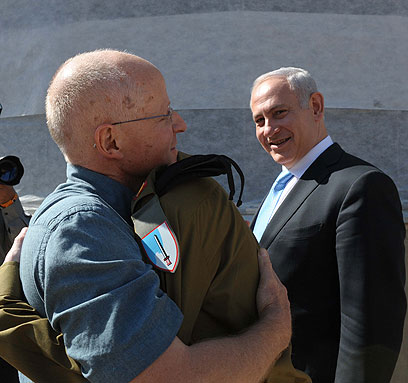Noam and Gilad Shalit embrace (Photo: Avi Ohayon, GPO) (Photo: Avi Ohayon, GPO)