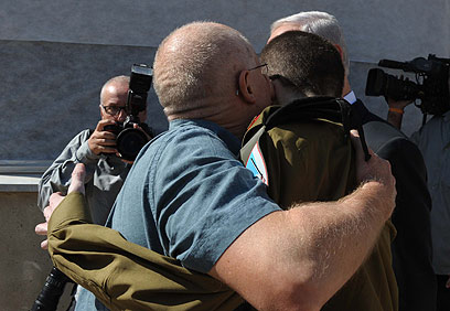 First hug after 1,941 days in captivity (Photo: Avi Ohayon, GPO) (Photo: Avi Ohayon, GPO)