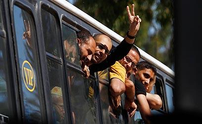 אסירים ששוחררו בשלב א'. הפעם בלי דם על הידיים (צילום: רויטרס) (צילום: רויטרס)