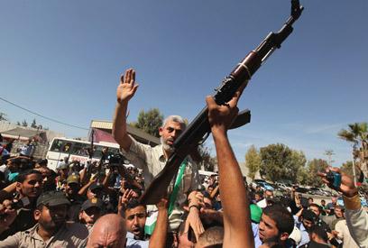 Masses celebrate prisoners' return in Gaza (Photo: Reuters)