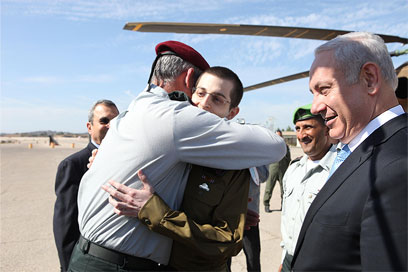 IDF Chief of Staff Benny Gantz hugs Gilad (Photo: IDF Spokesman) (Photo: IDF Spokesman)
