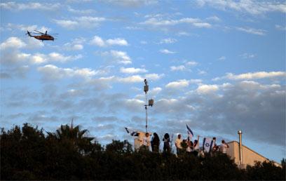 המסוק בדרך למצפה הילה (צילום: אבישג שאר-ישוב) (צילום: אבישג שאר-ישוב)