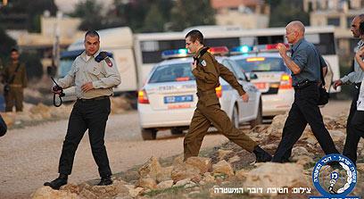 בדרך הביתה. גלעד והאב נועם במצפה הילה (צילום: באדיבות חטיבת דובר המשטרה) (צילום: באדיבות חטיבת דובר המשטרה)