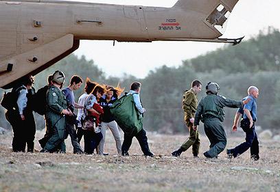 איש צוות מראה לשליט את הדרך, לאחר הנחיתה במצפה הילה (צילום: גיל נחושתן) (צילום: גיל נחושתן)
