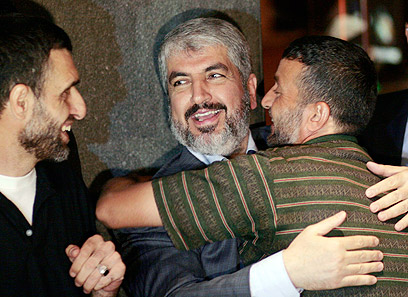 Mashaal embraces Palestinian inmates in Cairo (Photo: AP)