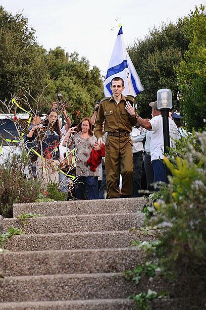 """הצעדים האחרונים לפני הבית. גלעד שליט במצפה הילה (צילום: דובר צה""""ל) (צילום: דובר צה"""