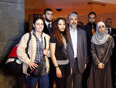 אמנה מונה (משמאל) בתמונה הקבוצתית עם משעל בקהיר (צילום: רויטרס) (צילום: רויטרס)