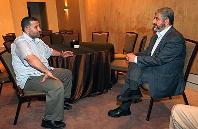 ג'עברי ומשעל בקהיר לקראת עסקת שליט (צילום: רויטרס) (צילום: רויטרס)