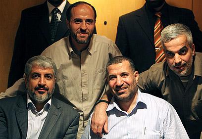 ג'עברי לצד משעל ובכירים נוספים לאחר עסקת שליט (צילום: רויטרס) (צילום: רויטרס)