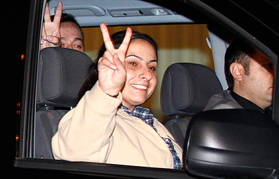 Amna Muna gestures V in Ankara (Photo: Reuters)