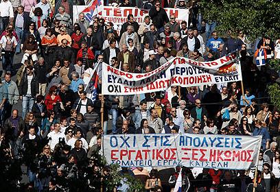היוונים מוחים. המזל שלהם, לפי מומחה, הוא שהם אנשים שחולקים (צילום: רויטרס) (צילום: רויטרס)
