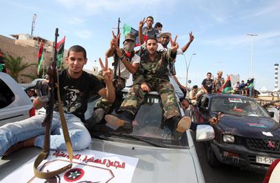 רבים מהמורדים מסרבים להניח את נשקם (צילם: EPA)