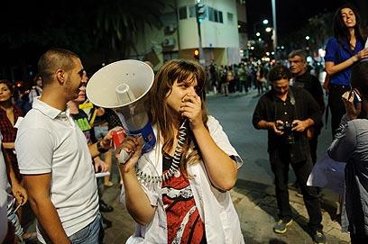 מספיק בטוחים בעצמנו. דפני ליף מפגינה בתל-אביב  (צילום: בן קלמר) (צילום: בן קלמר)