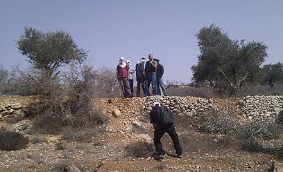 רעולי פנים בשטח המריבה, סמוך לכפר ג'אלוד (צילום: ארז קריספין, לוחמים לשלום) (צילום: ארז קריספין, לוחמים לשלום)