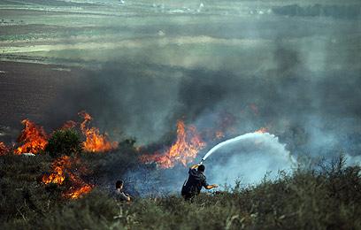 """שריפת חורש. """"הכביש מלא עשן"""" (צילום: אבישג שאר-ישוב) (צילום: אבישג שאר-ישוב)"""
