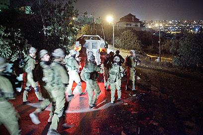 חיילים נכנסים לכפר בית איכסא במצוד אחר הדוקר (צילום: נועם מושקוביץ) (צילום: נועם מושקוביץ)