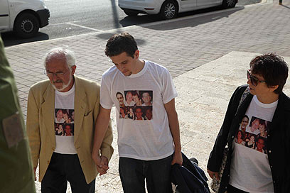 """מור מגיע עם הוריו לבית המשפט. """"לזעזע את האנשים"""" (צילום: מוטי קמחי) (צילום: מוטי קמחי)"""