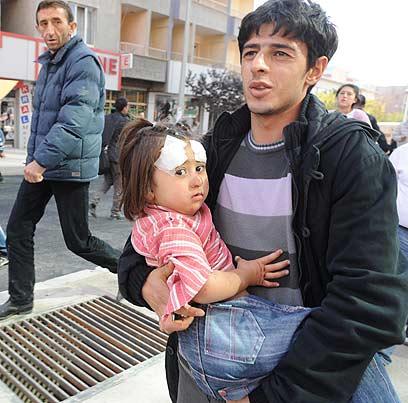 Girl injured in quake (Photo: AP)