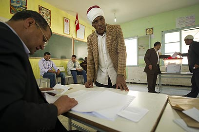 מצביע בבחירות ביום ראשון בתוניסיה (צילום: AFP) (צילום: AFP)