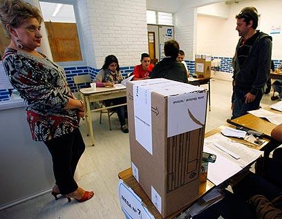 מצביעים בארגנטינה. התוכניות לנזקקים ולקשישים עזרו לפרננדס (צילום: רויטרס) (צילום: רויטרס)