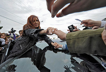 כריסטינה קירשנר-פרננס עם בוחריה, היום (צילום: AFP) (צילום: AFP)