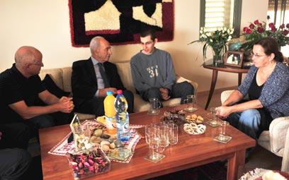 הנשיא פרס עם גלעד שליט ומשפחתו, אתמול במצפה הילה (צילום: זיו ביניונסקי) (צילום: זיו ביניונסקי)