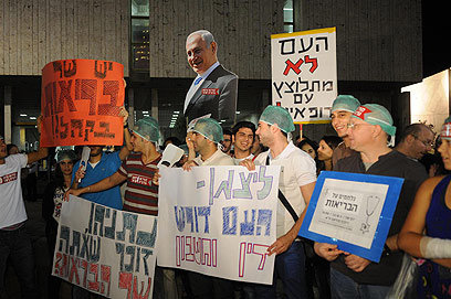 """""""העם לא מתלוצץ עם רופאים"""". הערב בהפגנה (צילום: ירון ברנר) (צילום: ירון ברנר)"""