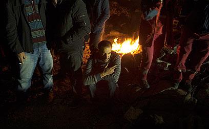 תושבים מבלים לילה שני בחוץ (צילום: רויטרס) (צילום: רויטרס)