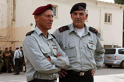"""תא""""ל אלון (משמאל) עם אלוף פיקוד המרכז היוצא, אבי מזרחי (צילום: אוהד צויגנברג) (צילום: אוהד צויגנברג)"""