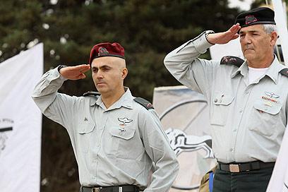 """תא""""ל מרדכי (משמאל), ביום כניסתו לתפקיד באוגדת איו""""ש (צילום: אוהד צויגנברג) (צילום: אוהד צויגנברג)"""