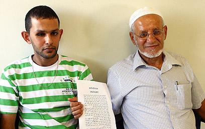זווידאת ואביו בבית החולים (צילום: גיל נחושתן) (צילום: גיל נחושתן)