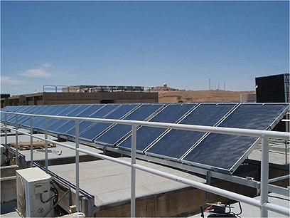 """בה""""ד 1. לוחות סולאריים על רקע נוף מדברי (צילום: דובר צה""""ל) (צילום: דובר צה"""