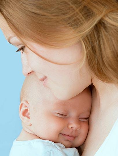 הופך למרכז עולמה. הקשר בין אם לתינוקה (צילום: shutterstock) (צילום: shutterstock)