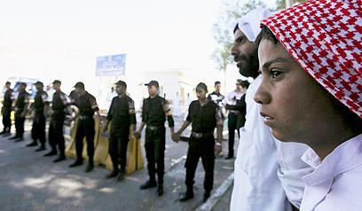 משפחות האסירים וכוחות הביטחון המצריים הגיעו למסוף טאבה (צילום: רויטרס) (צילום: רויטרס)
