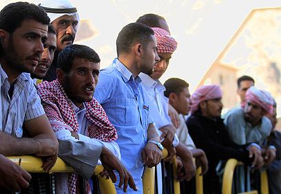 ממתינים לאסירים המשוחררים בצד המצרי של מעבר טאבה (צילום: AP) (צילום: AP)