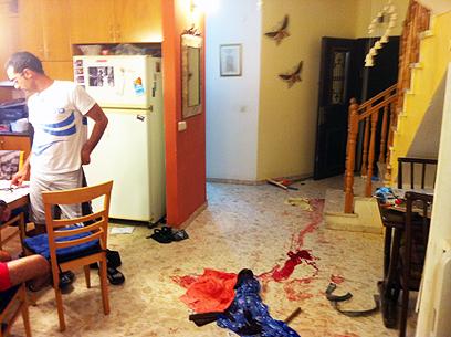 דם על הרצפה בבית הפצוע בגן יבנה (צילום: אבי רוקח) (צילום: אבי רוקח)