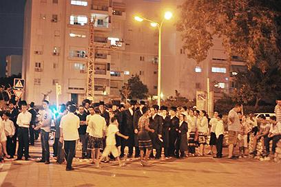 תושבים התקהלו ליד מקום הנפילה (צילום: אבי רוקח) (צילום: אבי רוקח)