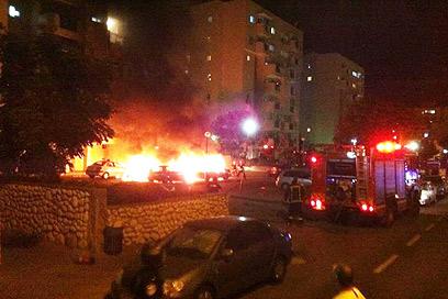 השריפה בחניית הבניין (צילום: שי בן ישי) (צילום: שי בן ישי)