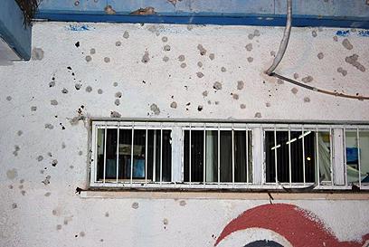 רסיסים בבית הספר שנפגע (צילום: זאב טרטכטמן) (צילום: זאב טרטכטמן)