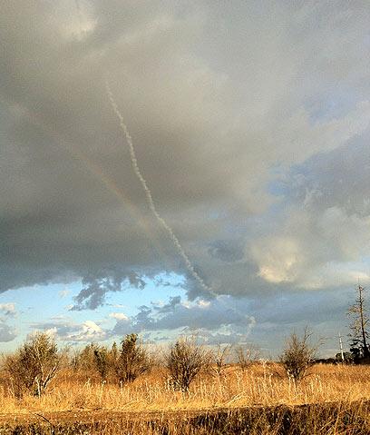 קשת, ענן ורקטה. באזור גן יבנה, הבוקר (צילום: יוגב שלומוביץ) (צילום: יוגב שלומוביץ)