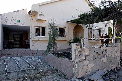 """נזקי פגיעה גראד בבית באשקלון. """"זה יהיה נורא"""" (צילום: אליעד לוי) (צילום: אליעד לוי)"""