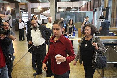ענת קם בכניסה לבית המשפט (צילום: מוטי קמחי) (צילום: מוטי קמחי)