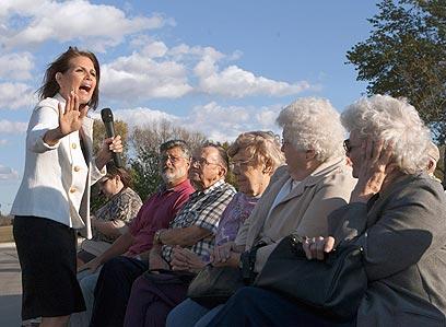 בקמן מנסה לשכנע בוחרים באיווה לפני חודשיים (צילום: AP) (צילום: AP)