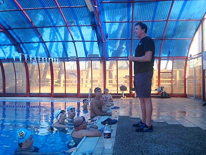 שחייה נתפסת כמיומנות קשה. טרי לוכלין בכיתת אמן הבוקר (ב') ברמת השרון ()