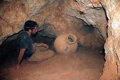 הקנקן שהתגלה בלב המערה  (צילום: בועז לנגפורד) (צילום: בועז לנגפורד)