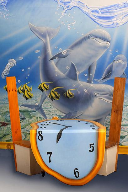 שולחן מעוצב לחדר הילדים, בהשראת סלבדור דאלי. פנטזיה בעץ (צילום יוסי כהן)