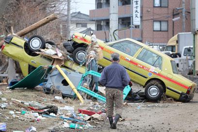 הצונאמי מכה ביפן. גם במגרשים (צילום: Gettyimages) (צילום: Gettyimages)