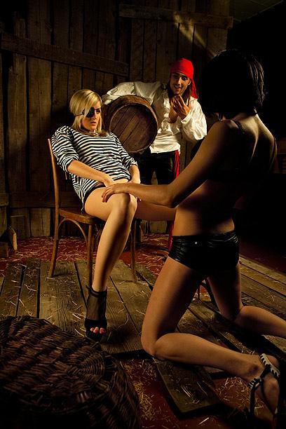 היי בנות, הבאתי משהו לשתות: גם שוטה, גם שותה וגם סוטה (צילום: shutterstock) (צילום: shutterstock)