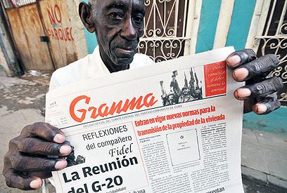 """העיתון הממשלתי """"גראנמה"""" מפרסם את הבשורה לציבור (צילום: EPA)"""