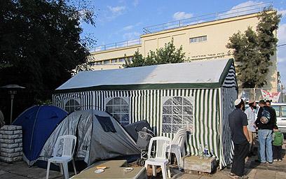 אוהל מול בית הכנסת. הסככה, לפני שפורקה (צילום: בני גל) (צילום: בני גל)